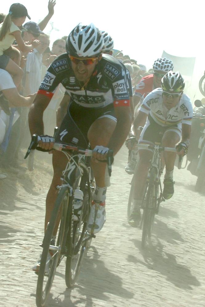 Cancellara impose un rythme pour creuser les écarts avec les adversaires d'Andy Schleck