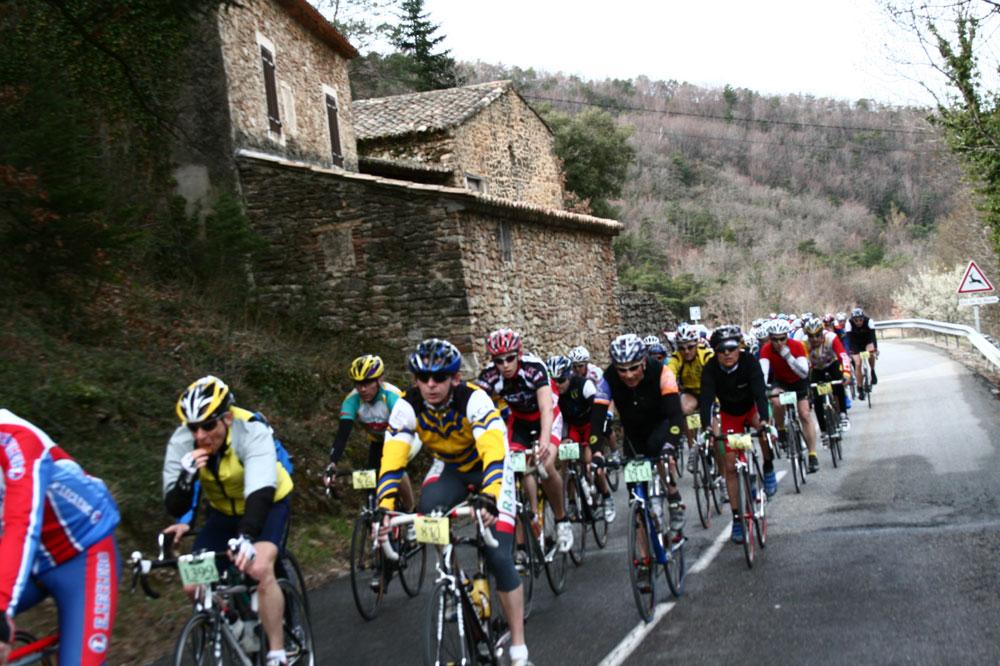 Les cyclos visitent des paysages sauvages et typiques en Drôme Provençale