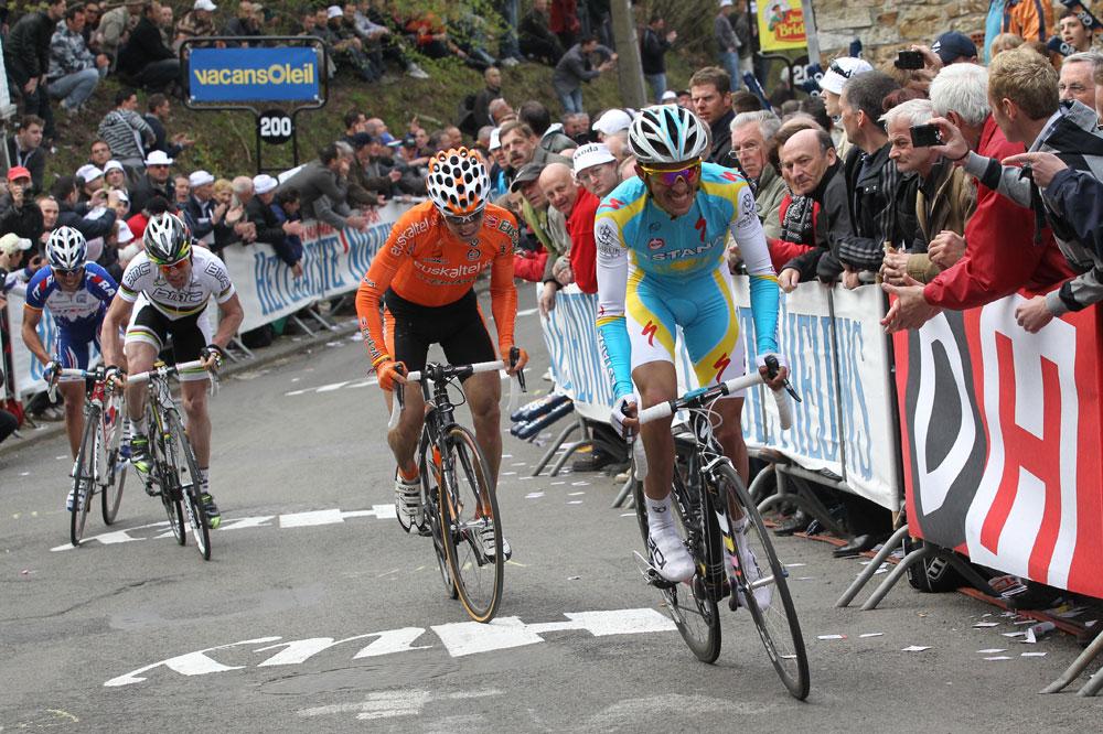 A moins de 200 mètres du but, Alberto Contador déborde Igor Anton mais Cadel Evans est lancé à leurs trousses