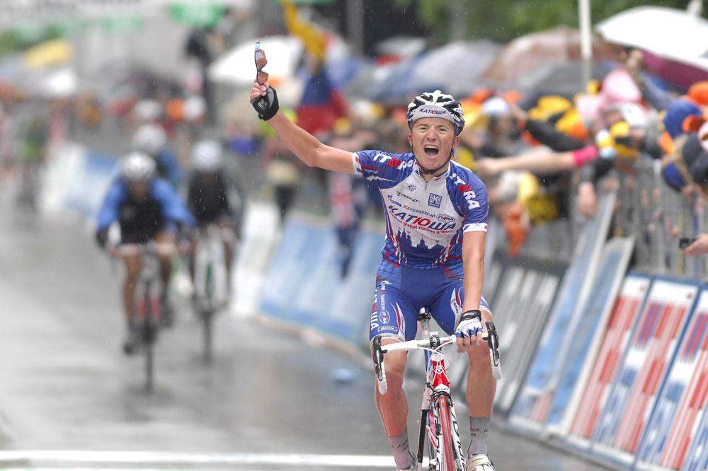Evgeni Petrov conclut victorieusement une folle journée de course