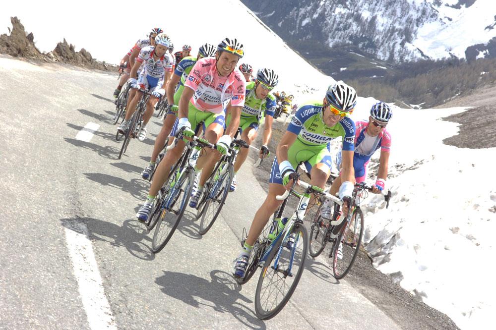 Ivan Basso et ses équipiers contrôlent dans le Gavia