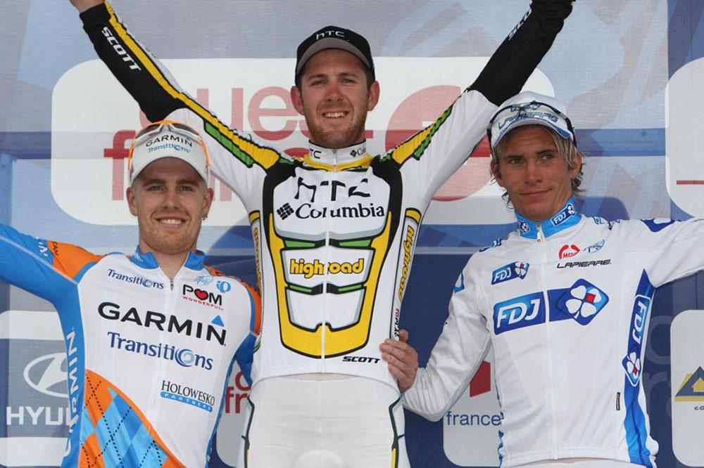 Tyler Farrar et Yoann Offredo entourent Matthew Goss sur le podium du GP Ouest-France