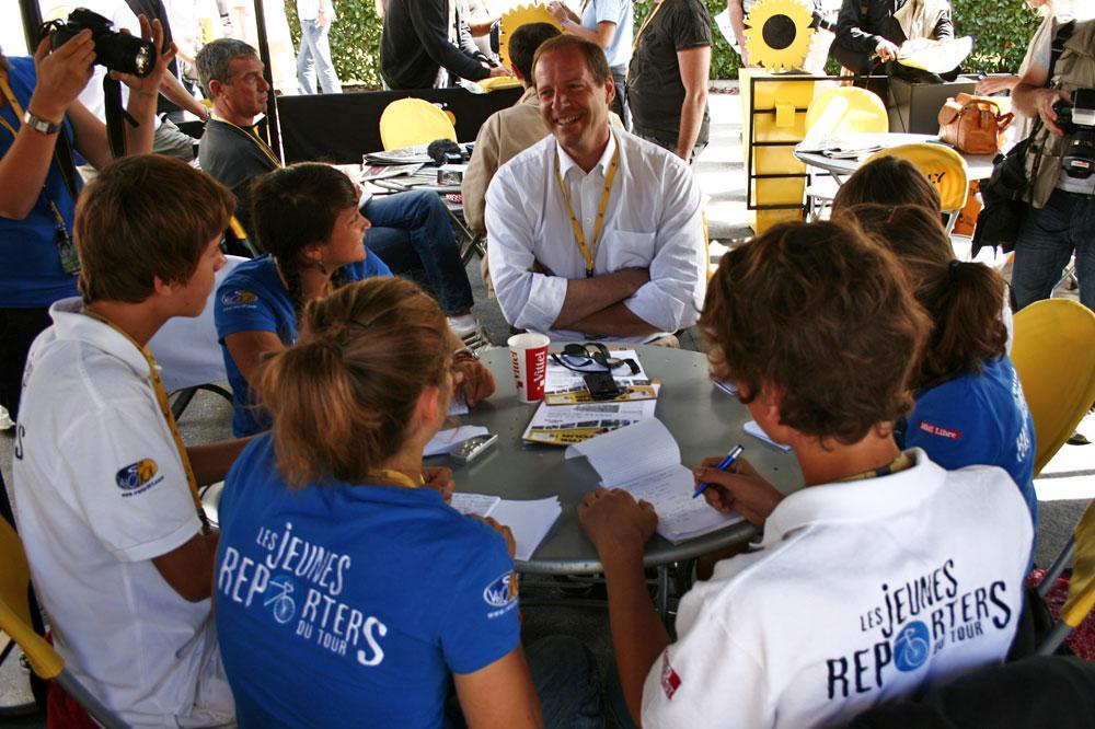 Non sans une certaine complicité, Christian Prudhomme accorde une interview aux plus jeunes journalistes du Tour de France