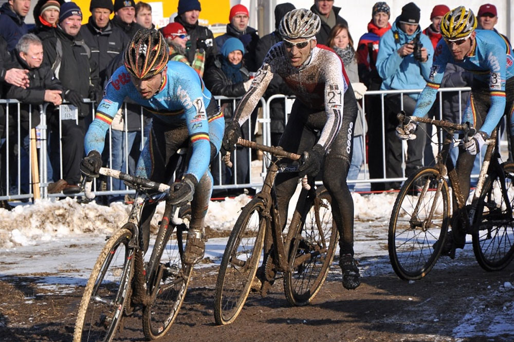 Sven Nys mène la poursuite devant Christian Heule et Klaas Vantornout