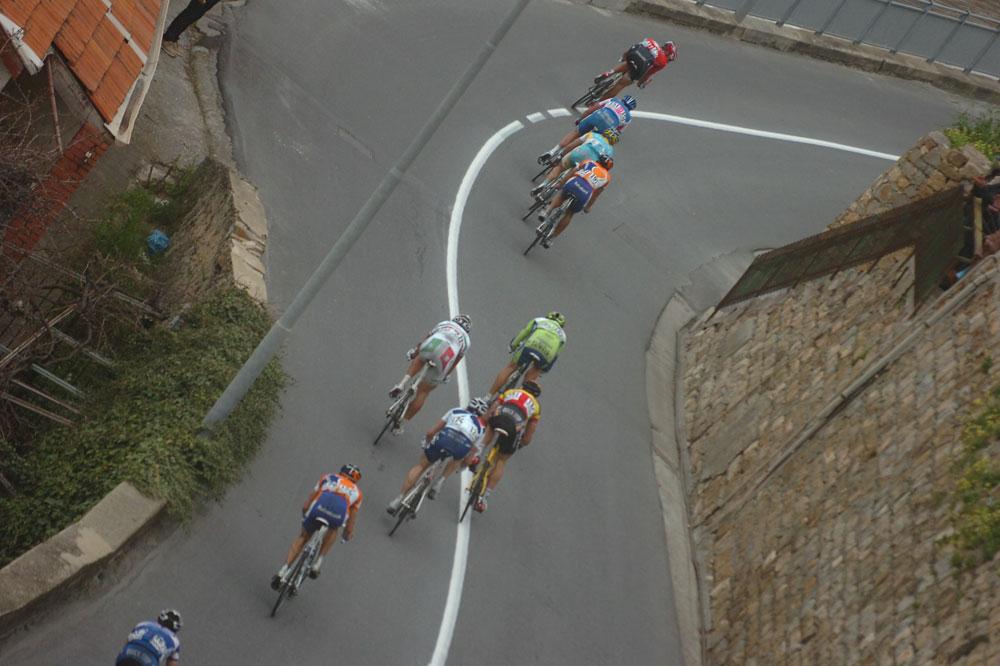 Dans la descente de la Cipressa, le bon coup part : Petacchi et Freire sont au taquet dans la roue de Garzelli, Boonen, Pozzato et Geslin sont là aussi