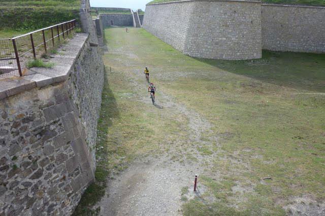 Les pilotes empruntent les tunnels et fossés de la citadelle