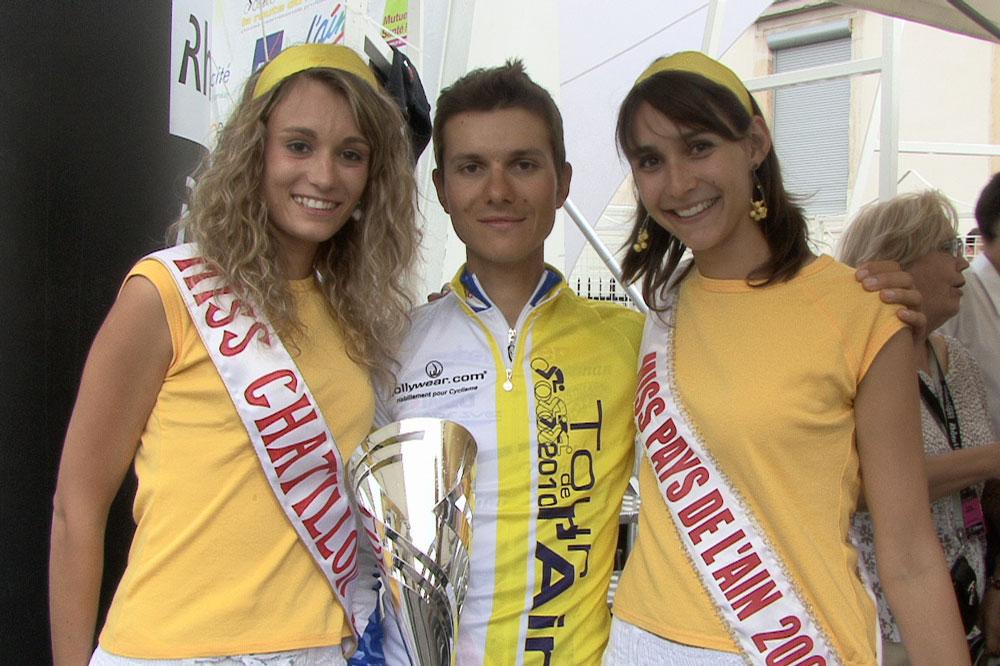 Miss Pays de l'Ain remet les récompenses aux lauréats du Tour de l'Ain