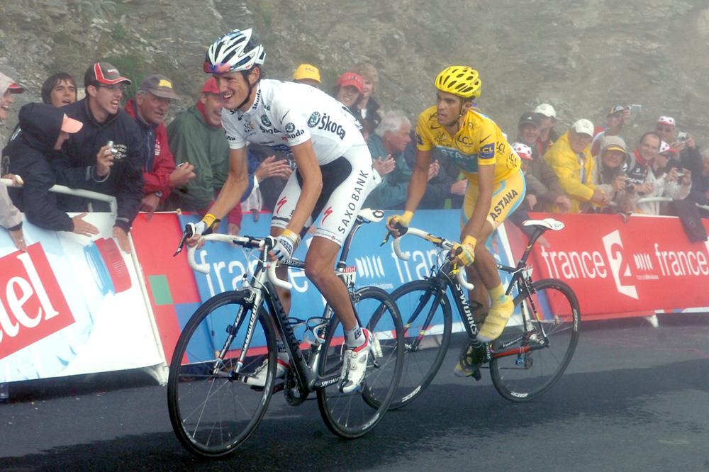 Andy Schleck et Alberto Contador dans la brume du Tourmalet