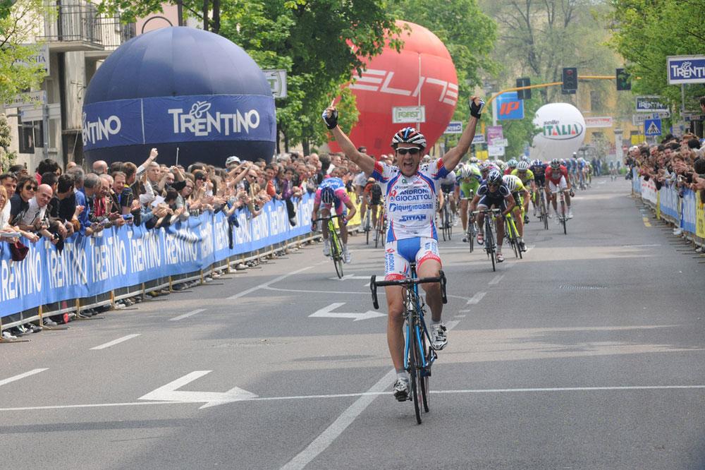 Alessandro Bertolini se présente sur la ligne blanche juste avant les sprinteurs
