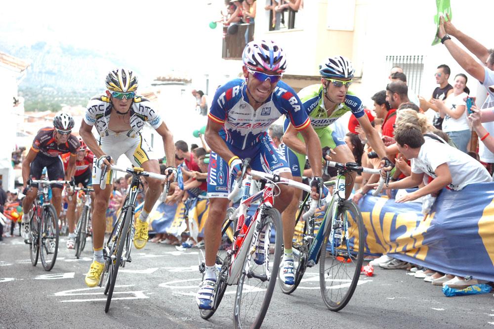 Joaquin Rodriguez entraîne Vincenzo Nibali et Peter Velits dans le mur final mais il s'expose au contre d'Igor Anton