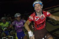 Les coureurs mettent l'ambiance lors du scratch avec une ola emmenée par Kévin Fouache