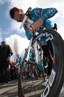 Thomas Voeckler vérifie son vélo