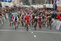 Le Colombien Leonardo Duque s'adjuge Cholet-Pays de Loire au sprint devant Mathieu Ladagnous et Klaas Lodewyck