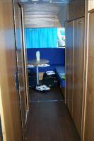 L'accès aux douches et à l'espace confort dans la seconde partie du bus