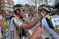 Mark Cavendish partage sa joie avec ses équipiers