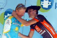 Coiffé du béret basque, Luis-Leon Sanchez console Alexandre Vinokourov sur le podium