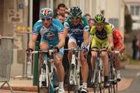 Un quatuor se forme dans le dernier tour de course