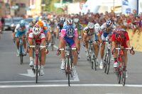 Gavazzi et Santambrogie lancent leurs vélos sur la ligne, mais Gavazzi est le vainqueur