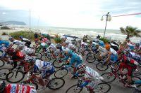 Le peloton du Giro longe la côte adriatique