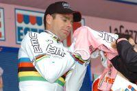 Le champion du monde Cadel Evans change de couleurs