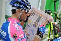 Au Village Départ, Alessandro Petacchi consulte la presse