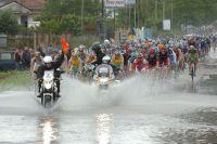 Le peloton du Giro traverse les eaux