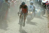 Lance Armstrong se bat seul dans la poussière après sa crevaison