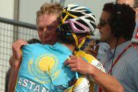 Alberto Contador congratule Alexandre Vinokourov