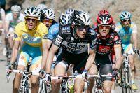 Alberto Contador surveille ses adversaires, ici Frank Schleck et Alejandro Valverde