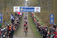 Tom Boonen emmène Juan-Antonio Flecha, Fabian Cancellara, Thor Hushovd et le peloton à la sortie de la Tranchée d'Arenberg