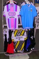 Trois maillots vintage ré-édités par ASSOS : Renault, Coop-Mercier et équipe d'Italie. Fermetures courtes comme à l'époque !