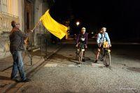 Le départ à 3h3O devant le Casino de Bagnères-de-Luchon, sous les ordres d'un starter équipé d'un drapeau jaune comme, jadis, celui de L'Auto