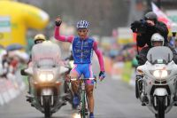 Simon Spilak triomphe sous la pluie froide