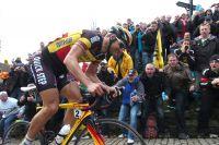 Les dents serrées et malgré la ferveur du public, le champion de Belgique Tom Boonen vient de lâcher prise dans le Mur de Grammont