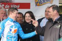 Cyril Gautier laisse éclater sa joie sur le podium devant Bernard Hinault et Pascale Jeuland