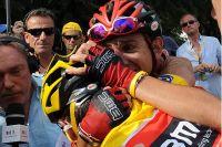 Mauro Santambrogio tente de consoler Cadel Evans, en pleurs