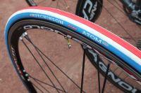 Des pneus bleu-blanc-rouge pour le Champion de France !