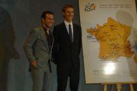 Mark Cavendish et Andy Schleck devant la carte du Tour 2011