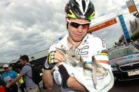 Cadel Evans choie un bébé kangourou