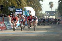 La défense des Androni Giocattoli n'y fera rien : en empochant deux secondes de bonification à 20 kilomètres du but, Stefano Garzelli s'adjuge Tirreno-Adriatico