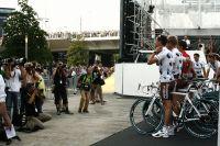 Les Ag2r La Mondiale ajustent le maillot pour la photo