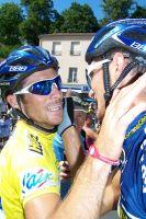 Brice Feillu félicite son frère Romain après son sprint victorieux