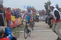 A bout de forces, Ezequiel Mosquera franchit la ligne d'arrivée mais Vincenzo Nibali, revenu de l'arrière, ne lui cède rien