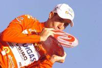 Vincenzo Nibali embrasse le trophée de lauréat de la Vuelta