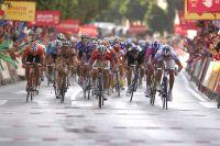 Au centre de la chaussée, Mark Cavendish tente de remporter l'étape mais Yauheni Hutarovich, à droite, va l'en priver