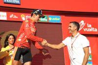 Igor Anton reçoit le Maillot Rouge des mains de l'ancien vainqueur de la Vuelta Laurent Jalabert