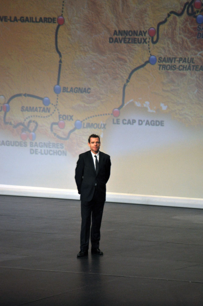 Cadel Evans devant le tracé du Tour 2012