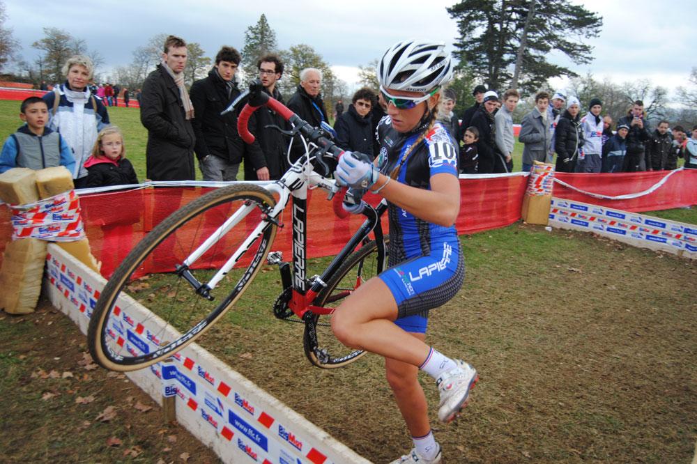 Pauline Ferrand-Prévot franchit les obstacles du circuit de Rodez
