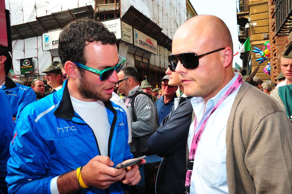 Mark Cavendish en discussion avec Brian Nygaard