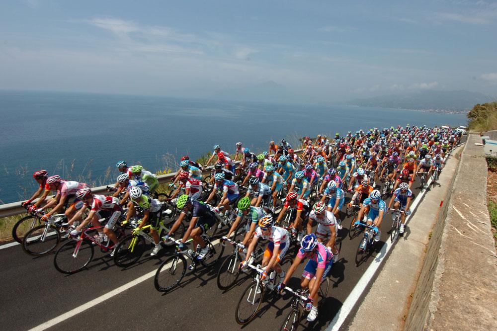 Paysage de carte postale pour le peloton du Giro